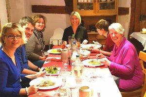 Weihnachtsfeier 2017 am Tisch mit Teammitgliedern