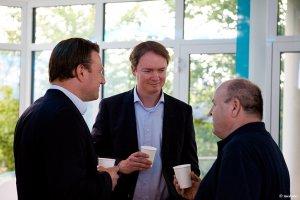 3 Männer unterhalten sich