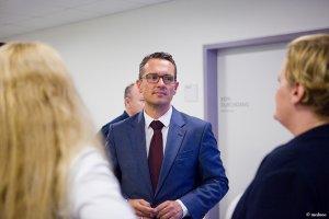 Mann bei der Eröffnungsfeier der Radiologie in der Schön Klinik Nürnberg Fürth