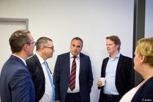 Mehrere Personen unterhalten sich bei der Eröffnungsfeier der Radiologie in der Schön Klinik Nürnberg Fürth
