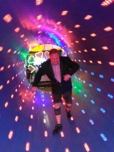 Dr. Norbert Wilke läuft durch den drehenden Tunnel beim Oktoberfest 2018