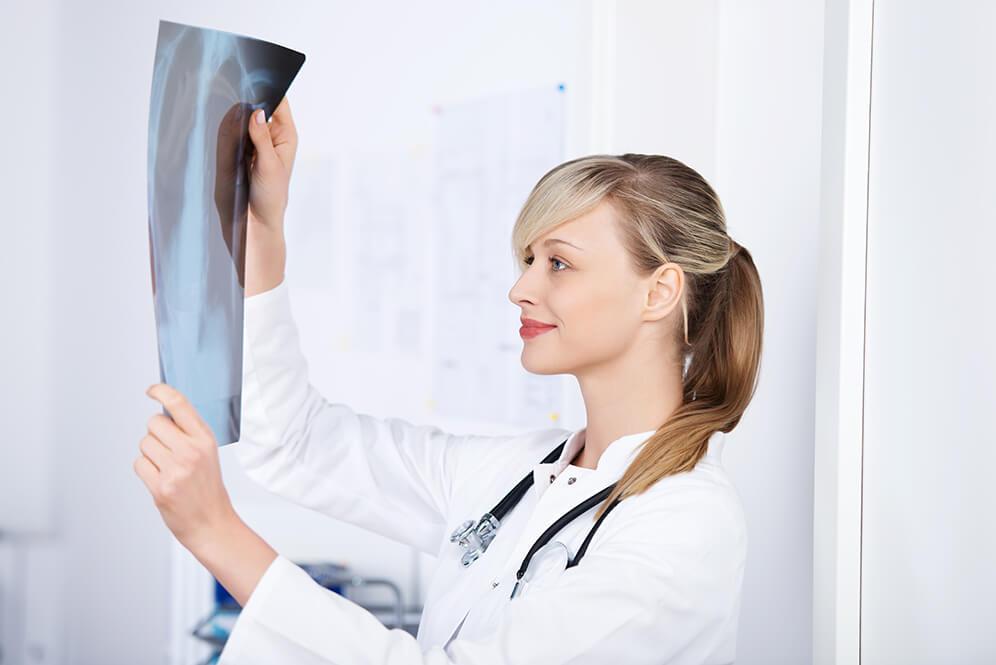 Medizinische Fachangestellte mit Röntgenschein